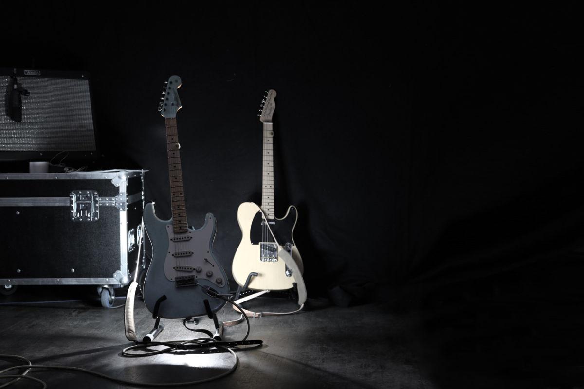 Angestrahlte Gitarren auf der Bühne
